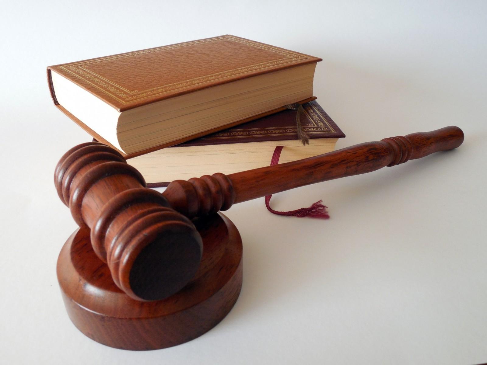 Marteau et livre illustrant la justice